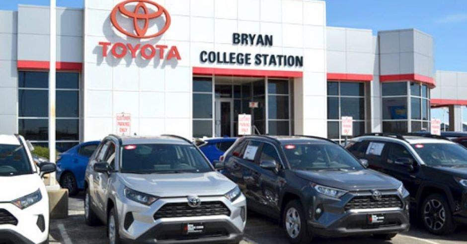 Vemos carros en una agencia Toyota