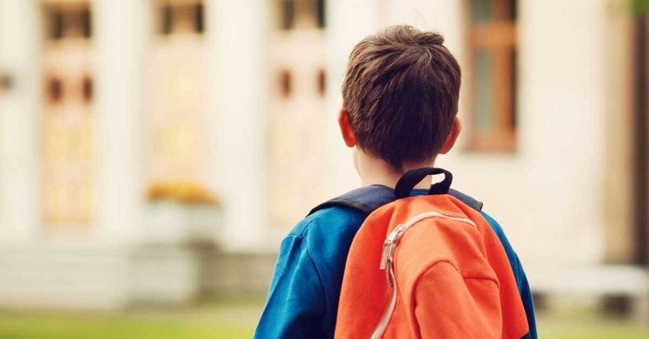 Un niño con una mochila