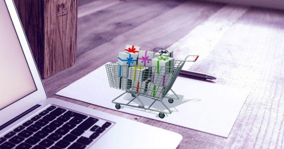 Carrito pequeño de supermercado en computadora