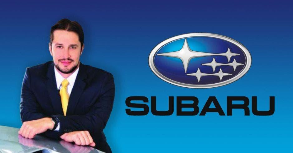 Hombre frente a logo de Subaru