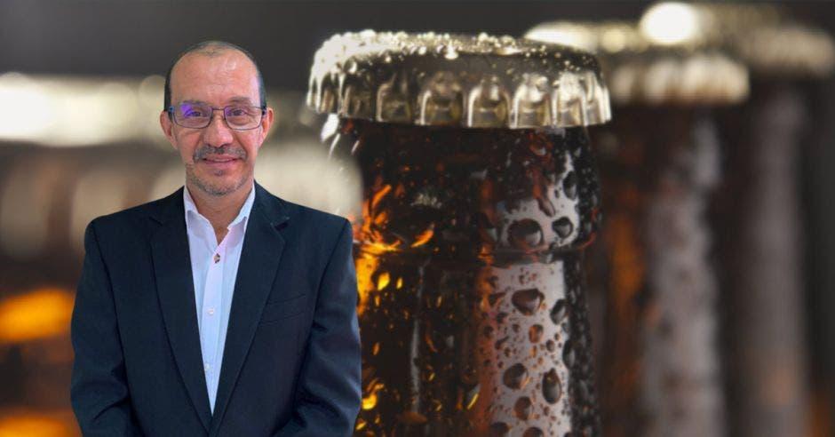 hombre frente a arte de cerveza
