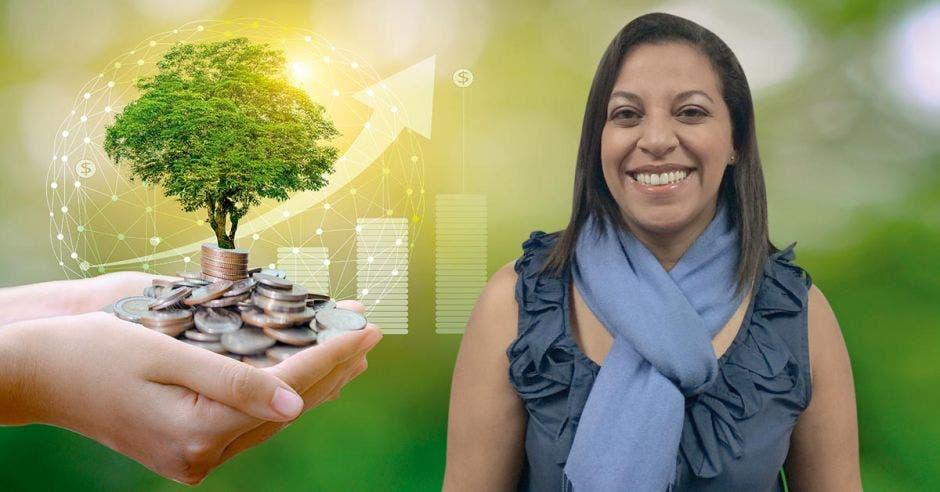 Una mujer sonriente, de bufanda azul, posa junto a un fondo de dinero
