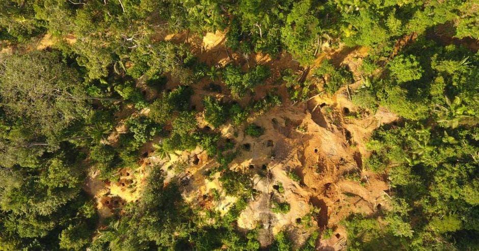 Vista aérea de fosos hechos para extraer oro de forma ilegal