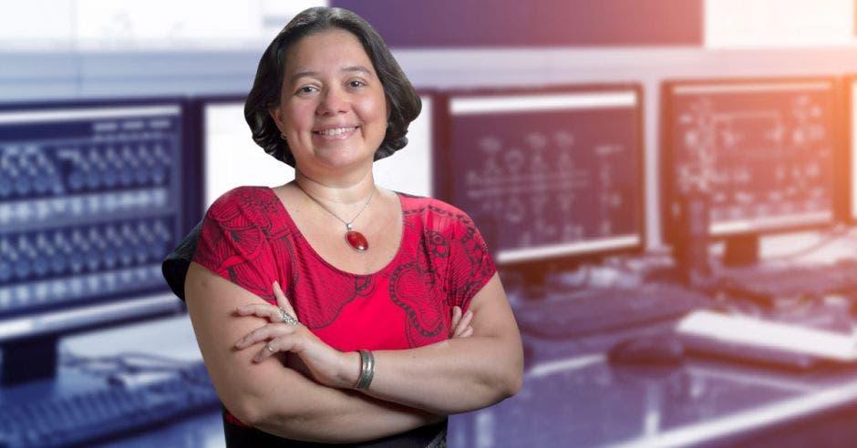 Vemos a Silvia Chacón frente a computadoras