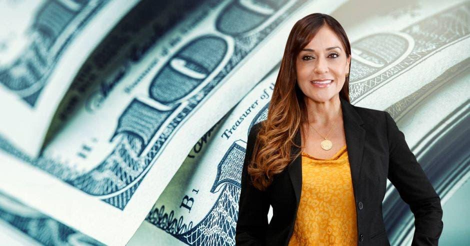 Mujer frente a arte de dólares