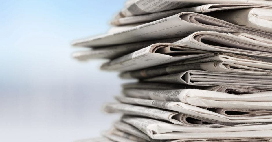 Vemos un stack de periódicos