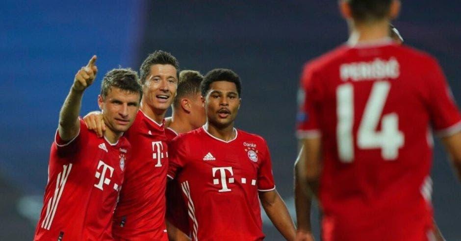 cuatro jugadores con un uniforme rojo