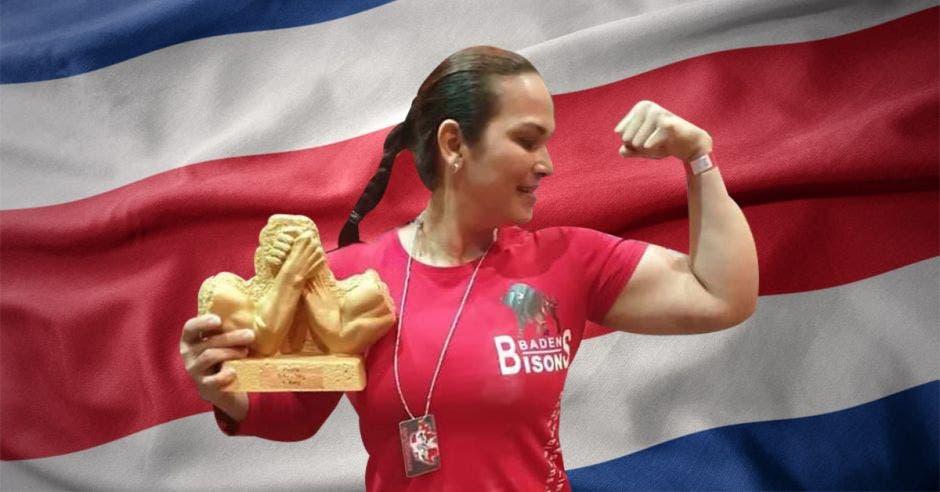 Mujer enseñando sus bíceps.