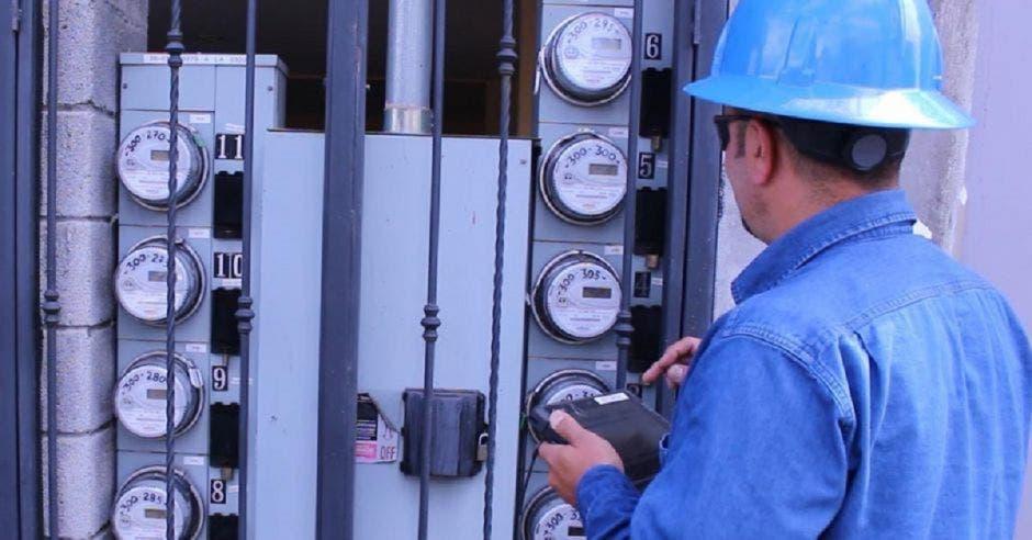 Trabajador eléctrico realizando lectura