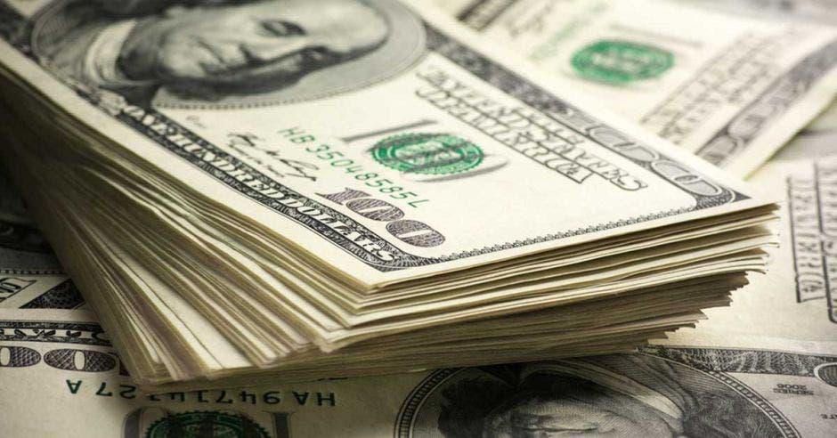billetes de dólares colgados de un tendedero
