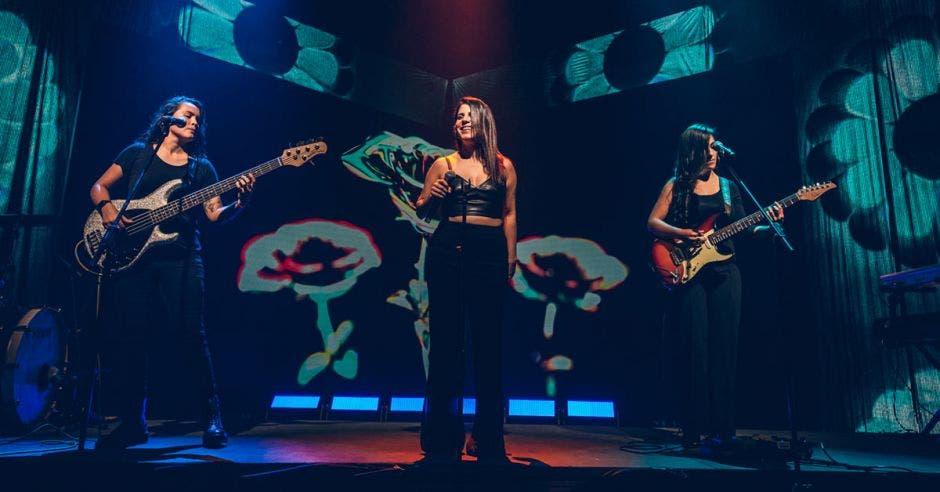 Tres mujeres en escenario
