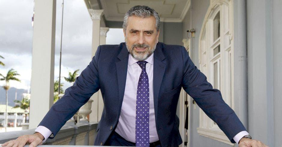 Hombre de mediana edad y barba con traje