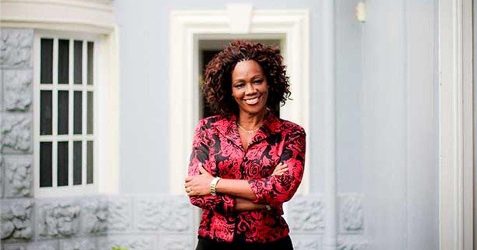 Mujer de raza negra con brazos cruzados
