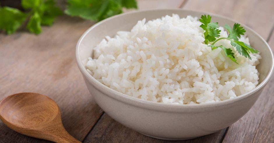 Una taza blanca con arroz adentro