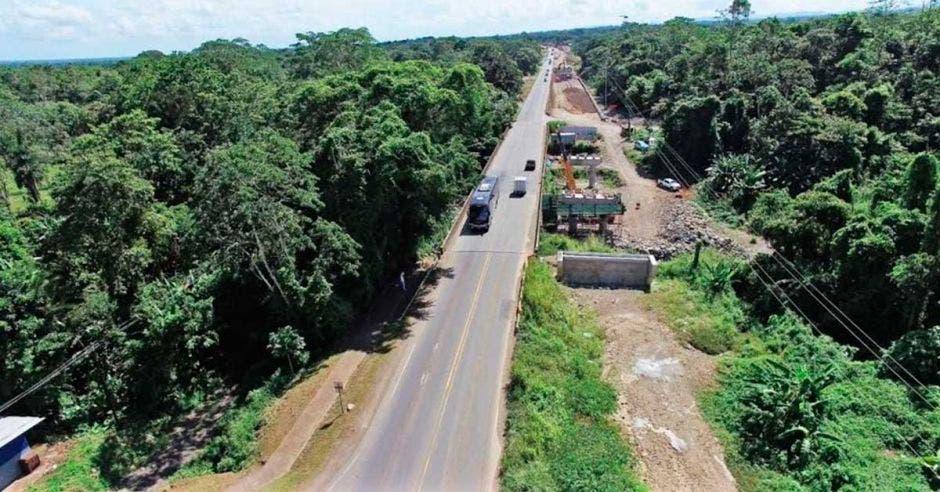 Toma aérea de trabajos en puente sobre río de vía a Limón