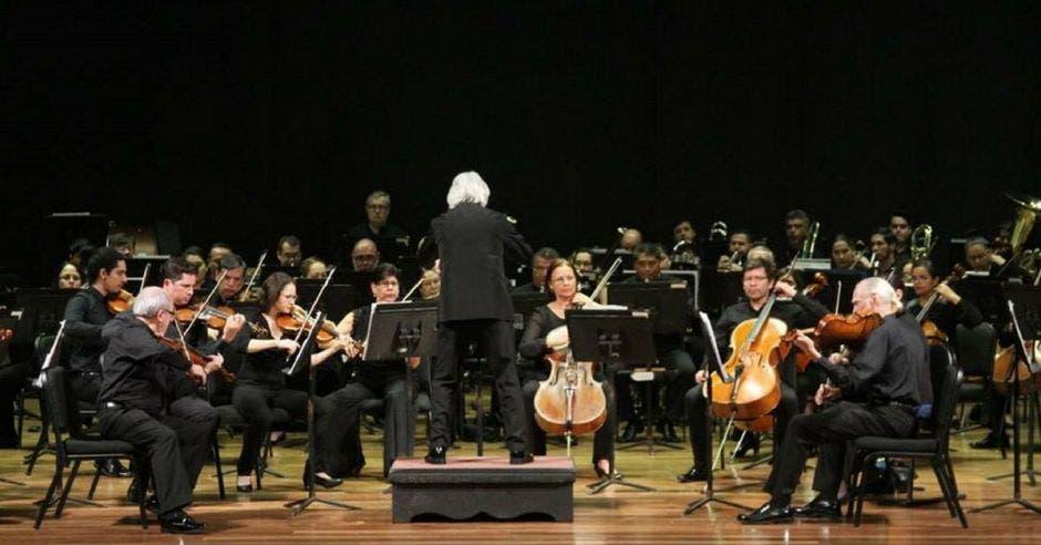 Orquesta tocando