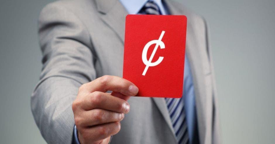 Persona de traje sosteniendo tarjeta roja