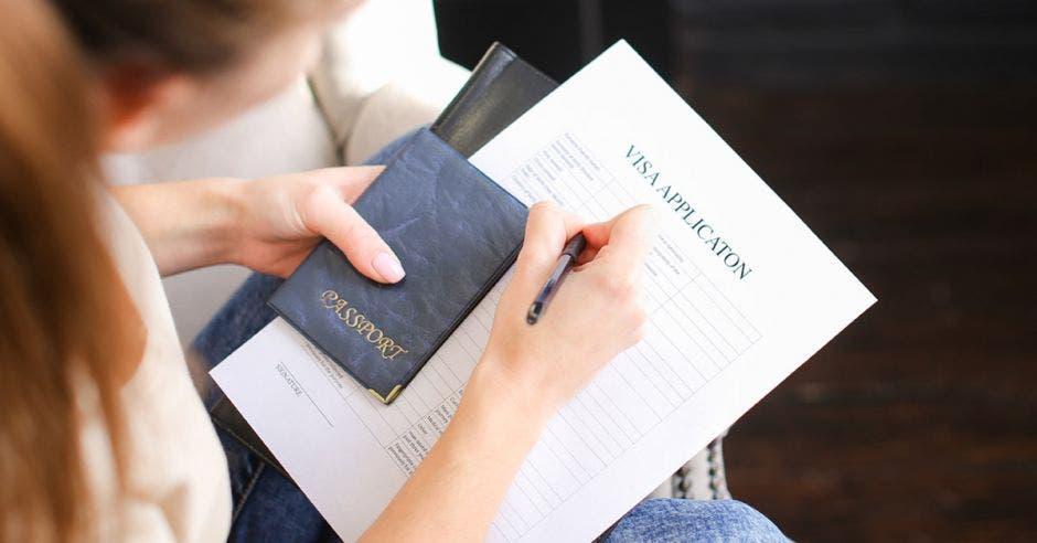 Una mujer llena un formulario de su visa