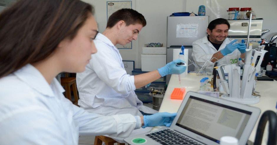 Estudiantes del TEC en el laboratorio de bioemprendimiento.