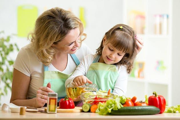 Una madre y su hija se preparan una buena alimentación.