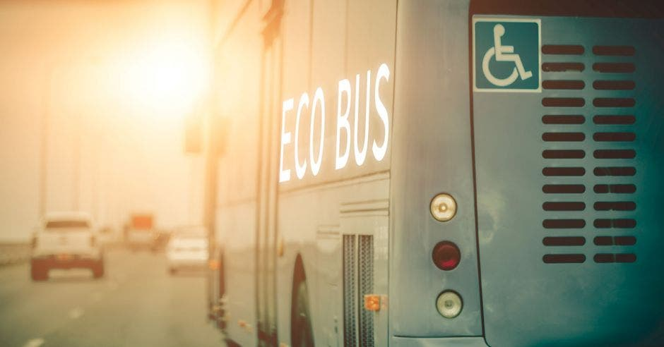 Un bus gris que dice eco bus