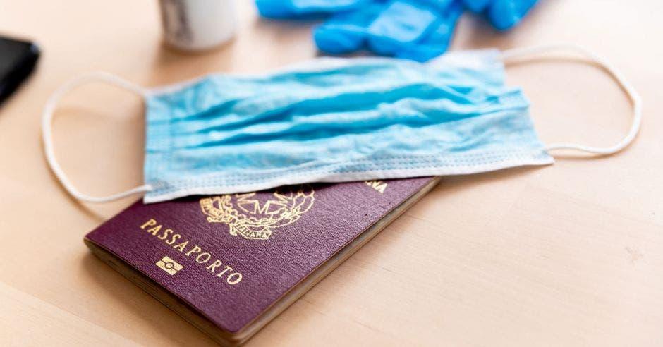 Una mascarilla puesta sobre un pasaporte