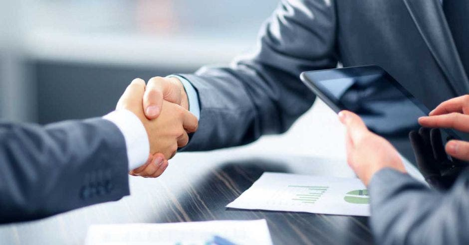 Apretón de manos entre empresarios