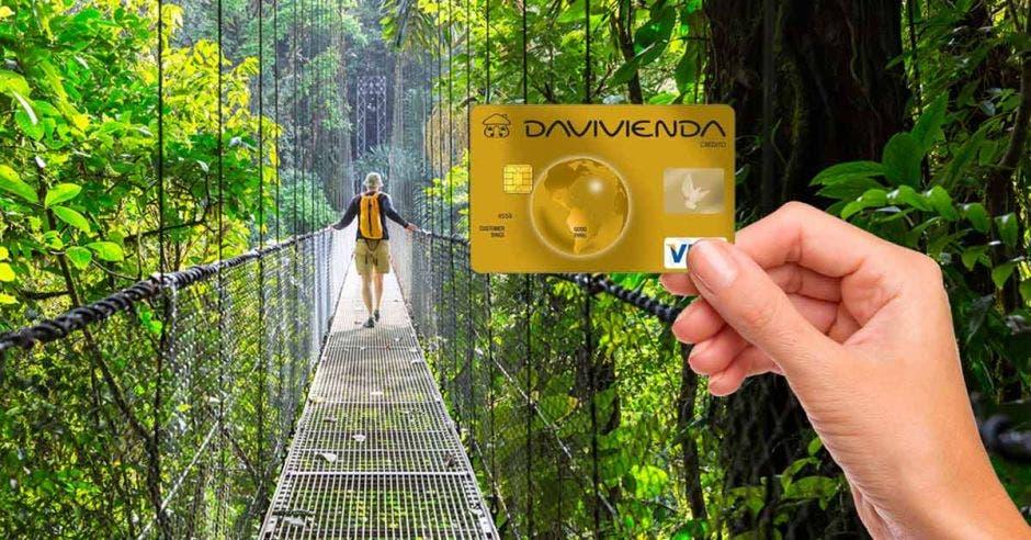 Vemos un puente colgante y una tarjeta davivienda