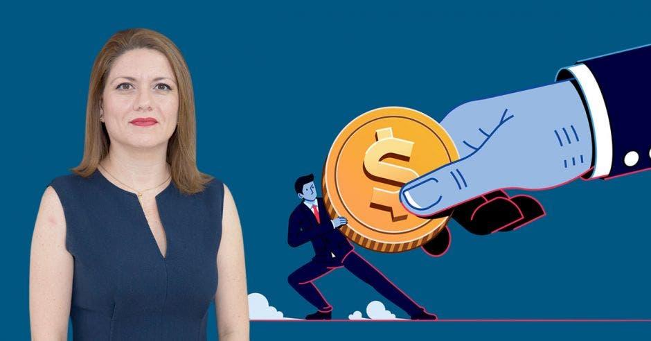 Mujer vestida de azul frente a arte de persona tratando de quitar moneda de una mano gigante