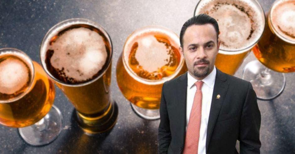 cerveza de fondo con un hombre de traje adelante