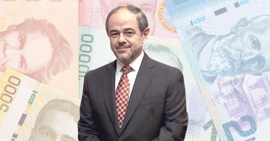 un hombre de corbata roja sobre un fondo de billetes