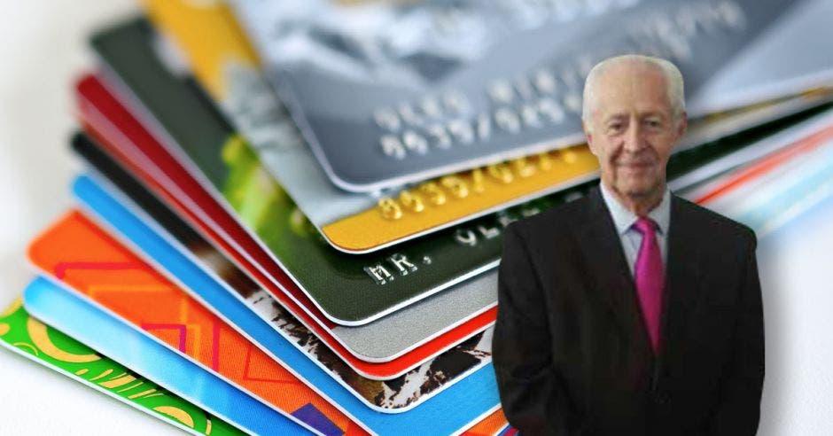 Hombre de traje con fondo de tarjetas de crédito