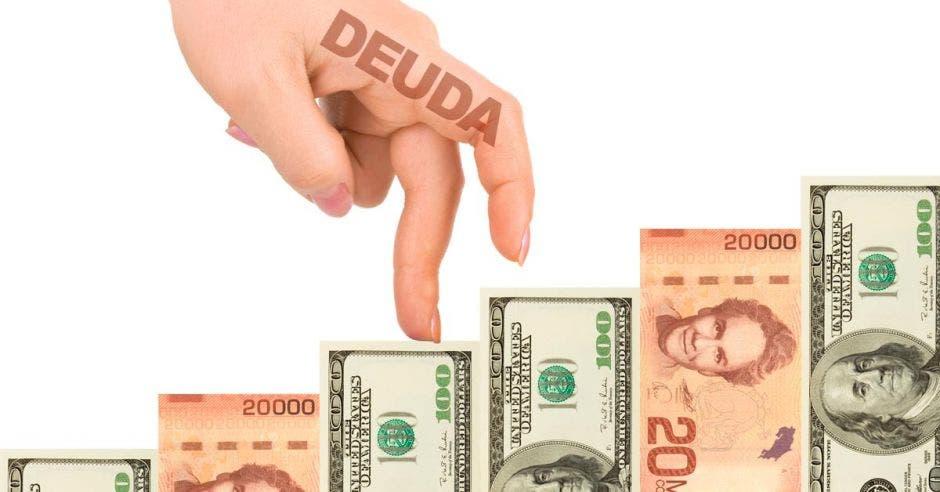 Mano de mujer con deuda escrita, sube fila de billetes