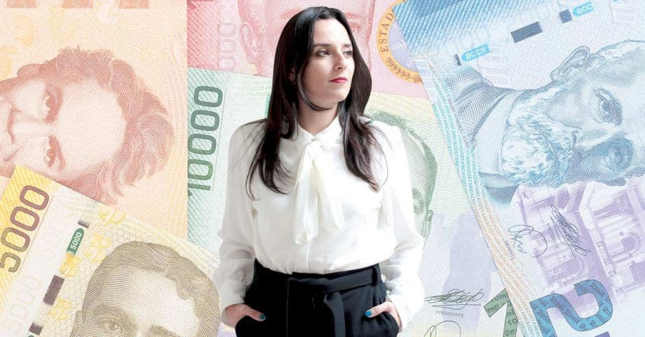 Mujer con billetes de fondo
