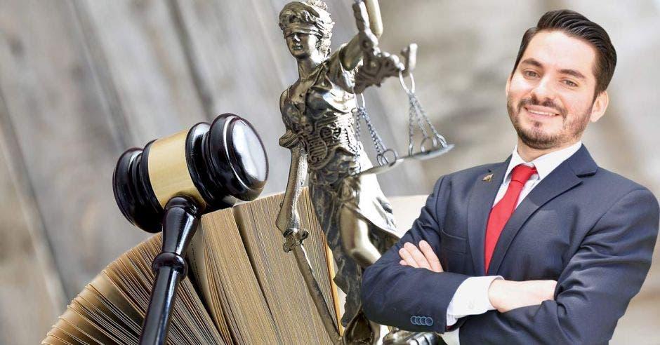 Vemos a Daniel Valverde frente a un martillo y la figura de la justicia.