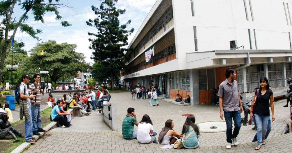 Estudiantes en el pretil de la Universidad de Costa Rica