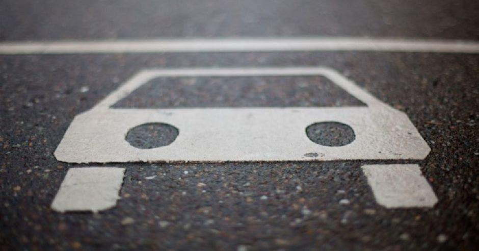 Dibujo de auto en asfalto