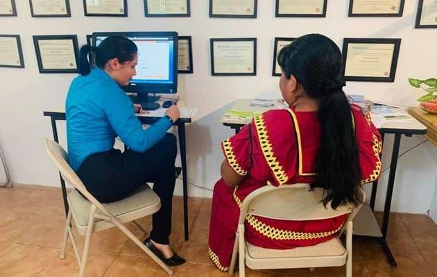 Mujer indigena recibiendo lecciones