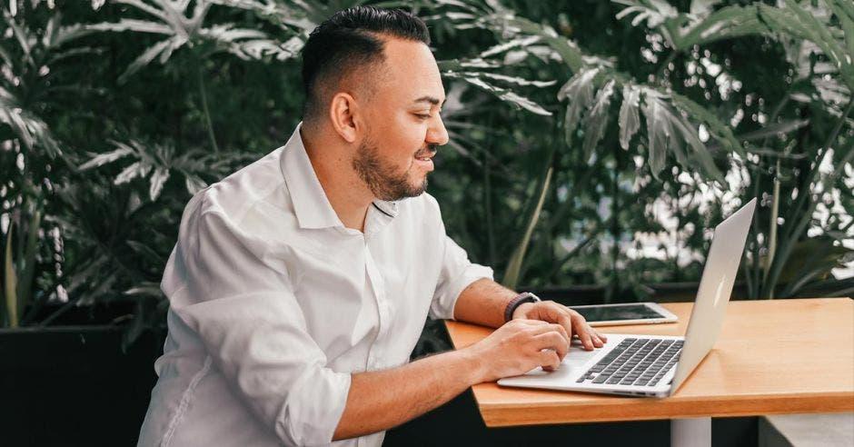 Emprendedor con computadora