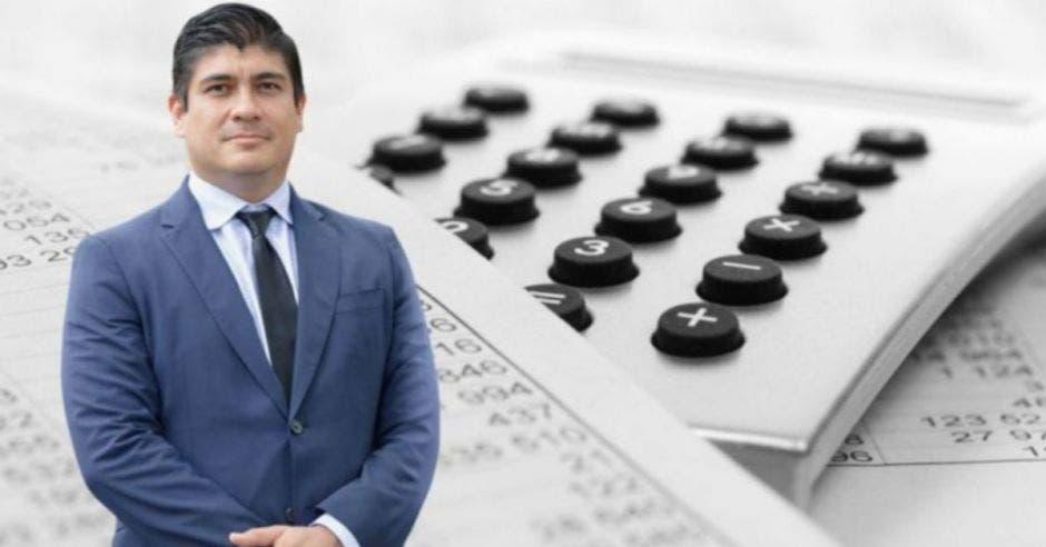 Hombre de traje frente a arte de calculadora