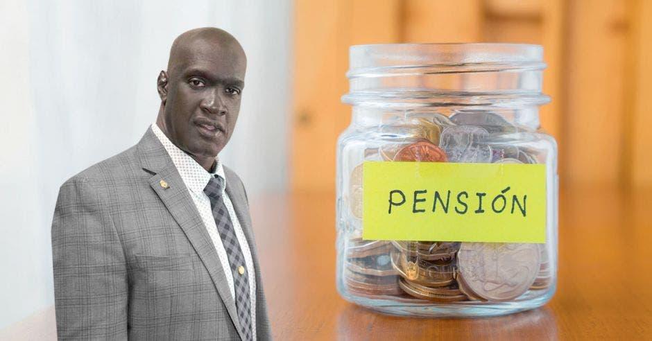 Hombre frente a jarra con monedas