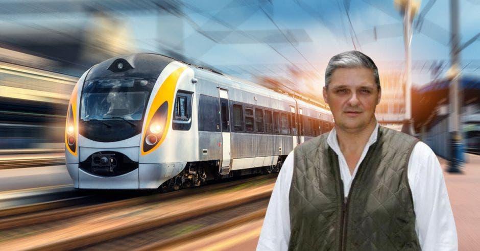 hombre frente a tren electrico