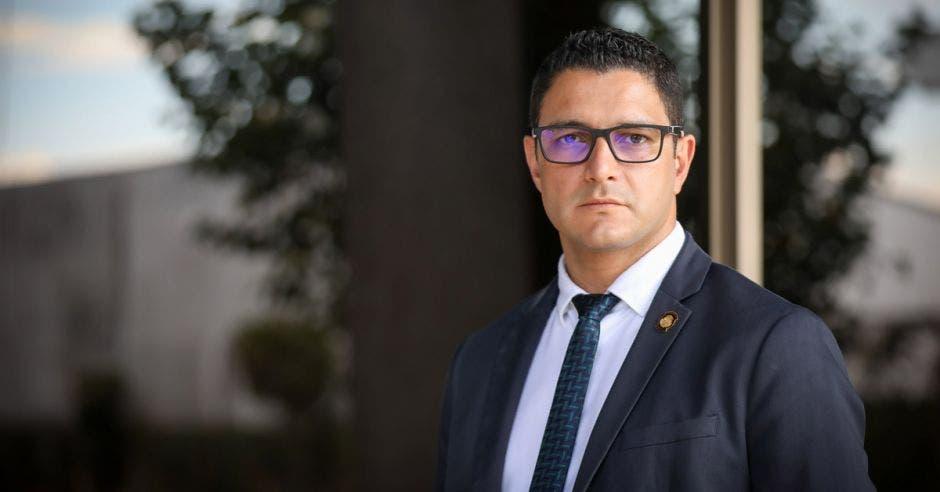 Un hombre con saco y corbata usando lentes para la vista