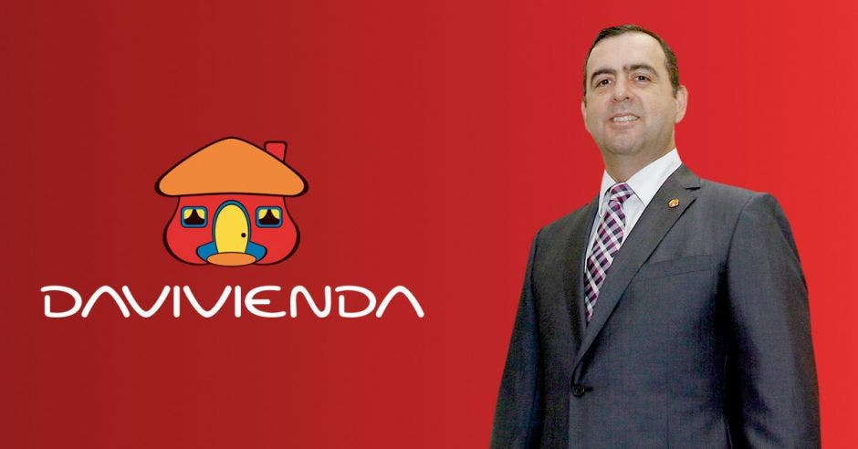 Hombre de traje frente a logo de Davivienda
