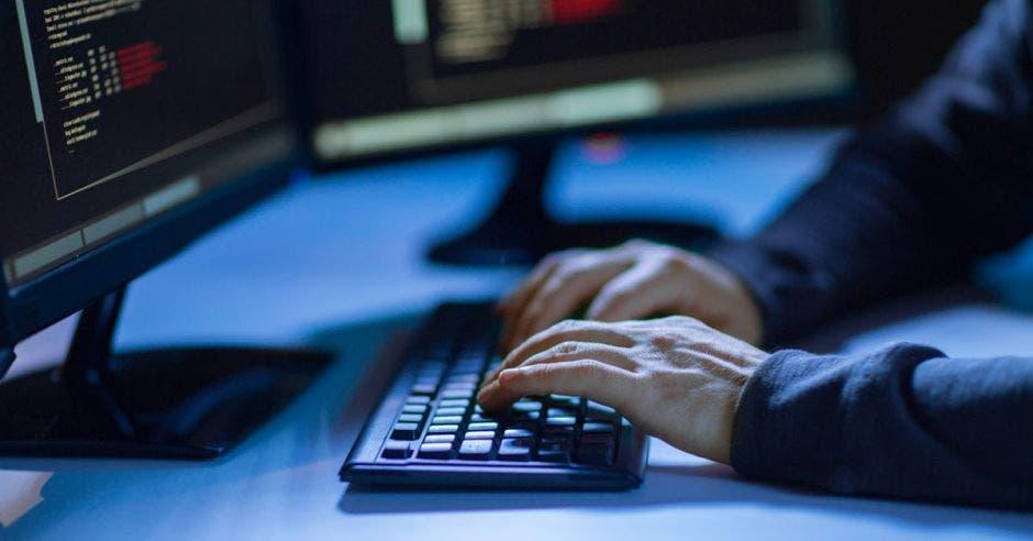 Vemos unas manos de hacker