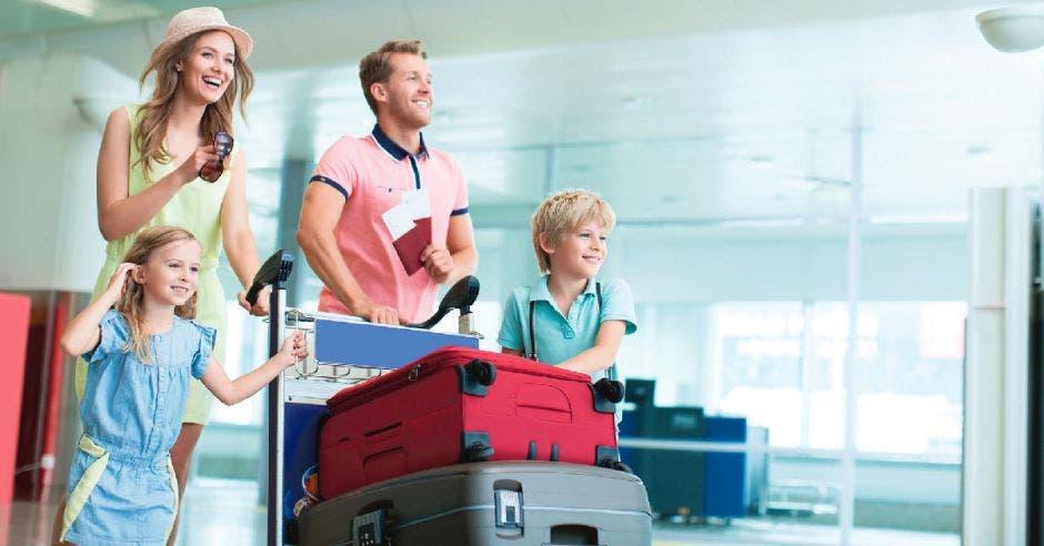 Una familia estadounidense con valijas entrando al aeropuerto