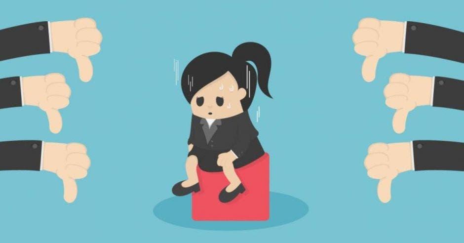 Mujer triste recibe pulgares abajo