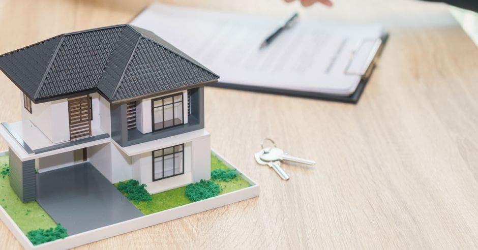 Casa y propiedad en manos de persona