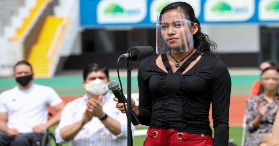 Mujer en el estadio nacional