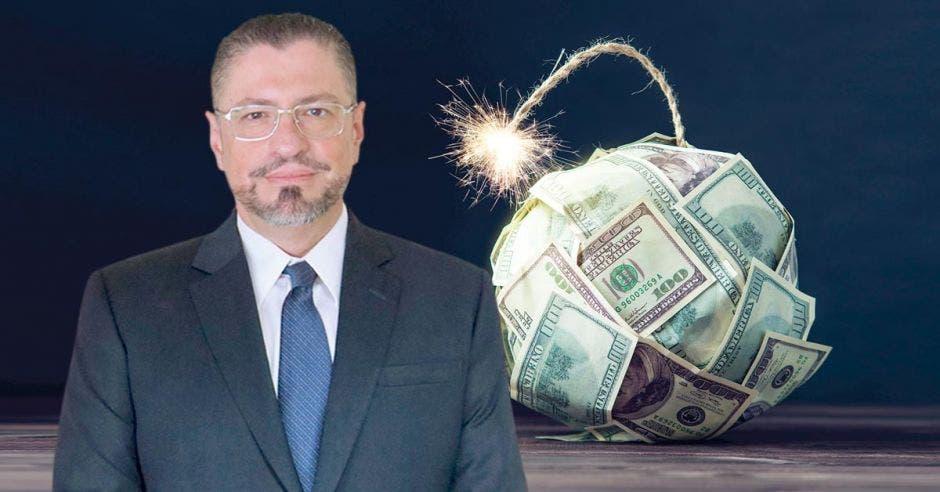 Hombre frente a bomba hecha de billetes